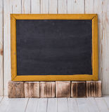 Czarny chalkboard na drewnianym tle, horizontally umieszczającym obraz stock