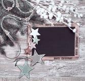 Czarny chalkboard z Bożenarodzeniowymi dekoracjami, tekst przestrzeń Obraz Stock