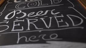 Czarny chalkboard z zaprasza piwny pub zamknięty w górę Piwny menu driwing na kredowej desce w browaru barze Inskrypcja z zbiory