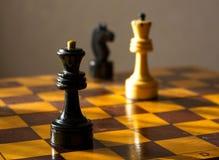 czarny chessboard królewiątka królowej biel Zdjęcie Royalty Free