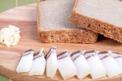 Czarny chleb, bekon, czosnek na desce głębokość pola płytki Zdjęcie Stock
