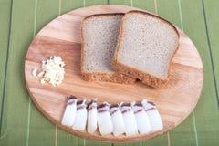 Czarny chleb, bekon, czosnek na desce głębokość pola płytki Obrazy Stock