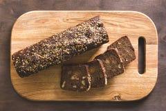 Czarny chleb na tnącej desce Fotografia Stock