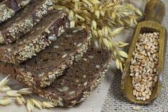 Czarny chleb z sezamowymi ziarnami i słonecznikowymi ziarnami, owsa spikelet Zdjęcia Stock