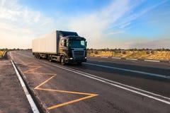Czarny ciężarowy chodzenie przy miasta ` s przedmieściem Zdjęcia Stock