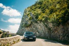Czarny colour Seat Leon 5 drzwi samochód na tle Francuski mounta zdjęcia royalty free