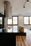Czarny countertop w kuchni obraz stock