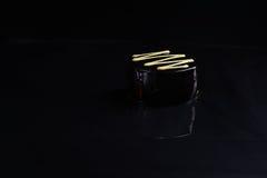 Czarny czekoladowy deser na czarnym tle Fotografia Stock