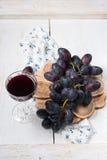 Czarny czerwone wino i winogrona Zdjęcia Royalty Free