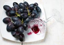 Czarny czerwone wino i winogrona Zdjęcie Royalty Free
