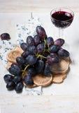 Czarny czerwone wino i winogrona Fotografia Royalty Free