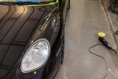 Czarny czysty samochód w pudełku po malować, myć i pokrywać, w zdjęcia stock