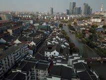 Czarny dachówkowy dach w Gaoqiao Antycznym miasteczku, Szanghaj obraz royalty free