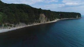 Czarny dennego wybrzeża Turkusowy morze, camping, pływaccy turyści, turystyka i odtwarzanie, górotwórcza usterka ziemi skorupa zdjęcie wideo