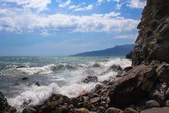 Czarny Denny dziki wybrze?e w Crimea, dennego brzeg kurort zdjęcia royalty free