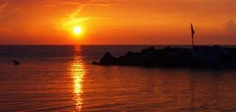 czarny denny wschód słońca Wschód słońca na czarnym morzu z pięknymi kolorowymi chmurami fotografia royalty free