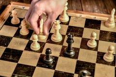 czarny deskowego czeka koniec gry biznesowego głównej atrakci kumpla strat metafory szachy monochrom nad sukcesem strategii bierz zdjęcia royalty free