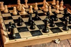 czarny deskowego czeka koniec gry biznesowego głównej atrakci kumpla strat metafory szachy monochrom nad sukcesem strategii bierz Fotografia Stock