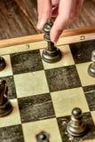 czarny deskowego czeka koniec gry biznesowego głównej atrakci kumpla strat metafory szachy monochrom nad sukcesem strategii bierz Zdjęcia Stock