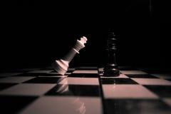 czarny deskowego czeka koniec gry biznesowego głównej atrakci kumpla strat metafory szachy monochrom nad sukcesem strategii bierz Obraz Stock
