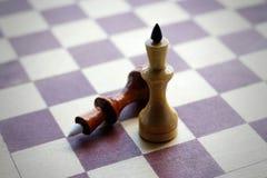 czarny deskowego szachy odosobnione królowe dwa szachy czarny white zbliżenie Obraz Stock