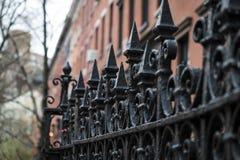 Czarny dokonanego żelaza ogrodzenie zdjęcie stock