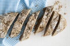 Czarny domowej roboty chleb pokrajać Fotografia Stock