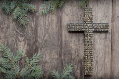 Czarny drewniany krzyż z władyki modlitwą na podławej ciemnej drewnianej desce z jedlinowym gałąź tłem zdjęcia stock