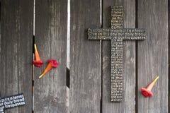 Czarny drewniany krzyż z władyki ` s modlitwą na podławy drewnianym zdjęcia royalty free