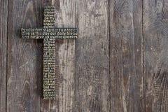 Czarny drewniany krzyż z władyki ` s modlitwą na podławym ciemnym br Zdjęcia Stock