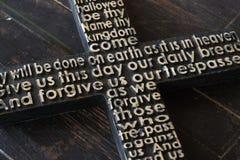 Czarny drewniany krzyż z władyki ` s modlitwą na podławym drewnianym deski zakończeniu fotografia stock