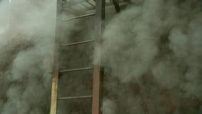 Czarny dym od ogienia wypełniający schodki zbiory