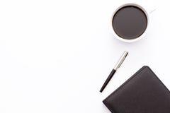 Czarny dzienniczek, pióro i filiżanka czarna kawa na białym tle, minimalny biznesowy pojęcie obrazy stock