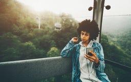 Czarny dziewczyna modniś robi selfie wśrodku funicular kabiny Zdjęcie Royalty Free