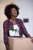 Czarny dziewczyny chodzenie w nowym mieszkaniu Fotografia Royalty Free