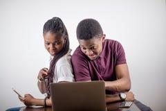 Czarny dziewczyny obsiadanie przed laptopem s patrzeje na ekranie Zdjęcie Royalty Free