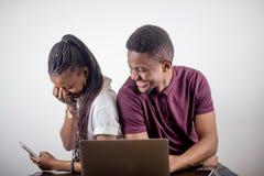Czarny dziewczyny obsiadanie przed laptopem s patrzeje na ekranie Zdjęcie Stock