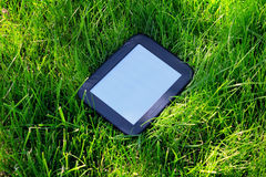Czarny EBook kłaść na trawie zdjęcia stock