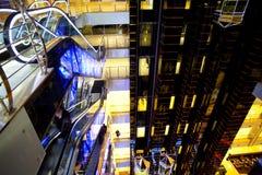 czarny eskalatorów futurystyczny sala centrum handlowe zdjęcie royalty free