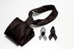 Czarny faborek i czarny krawat; dekoracja czarny tasiemkowy ręcznie robiony artystyczny projekt dla smucenia wyrażenia odizolowyw Obraz Royalty Free