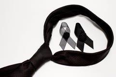 Czarny faborek i czarny krawat; dekoracja czarny tasiemkowy ręcznie robiony artystyczny projekt dla smucenia wyrażenia odizolowyw Fotografia Royalty Free