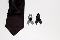 Czarny faborek i czarny krawat; dekoracja czarny tasiemkowy ręcznie robiony artystyczny projekt dla smucenia wyrażenia odizolowyw Zdjęcie Royalty Free