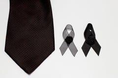 Czarny faborek i czarny krawat; dekoracja czarny tasiemkowy ręcznie robiony artystyczny projekt dla smucenia wyrażenia odizolowyw Obraz Stock