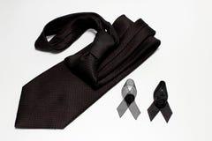 Czarny faborek i czarny krawat; dekoracja czarny tasiemkowy ręcznie robiony artystyczny projekt dla smucenia wyrażenia odizolowyw Obrazy Royalty Free