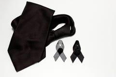 Czarny faborek i czarny krawat; dekoracja czarny tasiemkowy ręcznie robiony artystyczny projekt dla smucenia wyrażenia odizolowyw Obrazy Stock