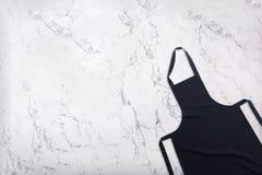 Czarny fartuch na bielu marmuru teksturze z naturalnym wzorem Fartuch na marmurowym tle obrazy stock