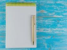 Czarny fontanny pióro z Notepad na błękitnym drewnianym wieśniaka stole najlepszy widok Obraz Stock