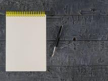 Czarny fontanny pióro z Notepad na ciemnym drewnianym wieśniaka stole najlepszy widok Fotografia Stock