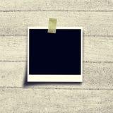 Czarny fotografii ramy polaroid na korek desce fotografia stock