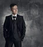 czarny garnitur Ślubny fornal mody portret fotografia royalty free